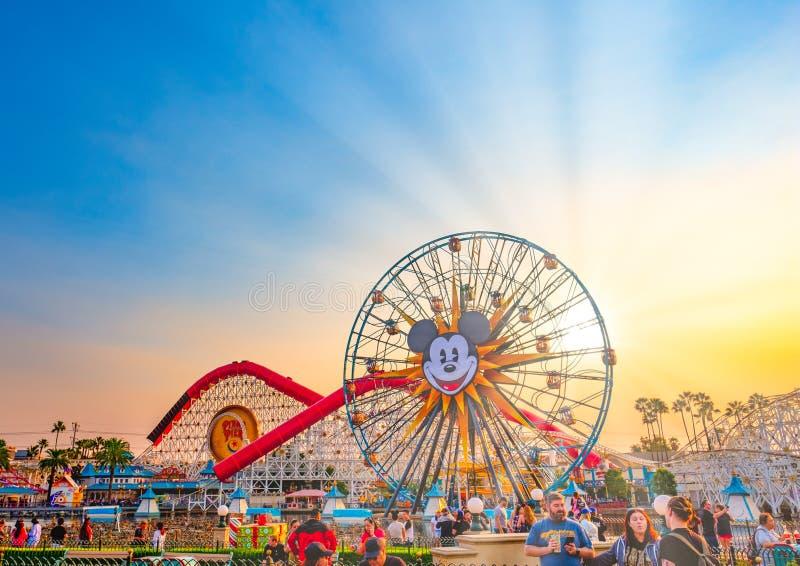 Puesta del sol de la aventura de Disneyland California en el verano fotografía de archivo