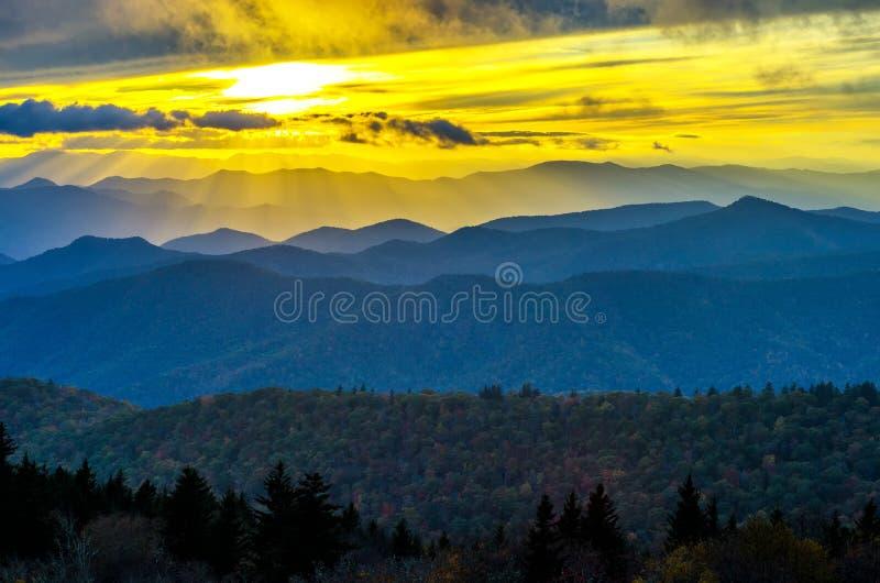 Puesta del sol de la caída, montañas de Cowee, Ridge Parkway azul fotografía de archivo