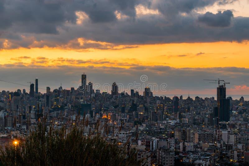 Puesta del sol de la capital de Beirut de Líbano con un color anaranjado caliente imagenes de archivo