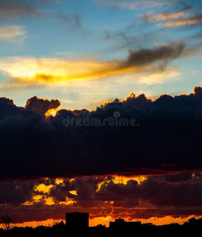 Puesta del sol de la ciudad fotografía de archivo libre de regalías