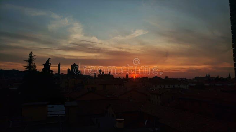 Puesta del sol de la ciudad con las torres y los árboles fotos de archivo libres de regalías
