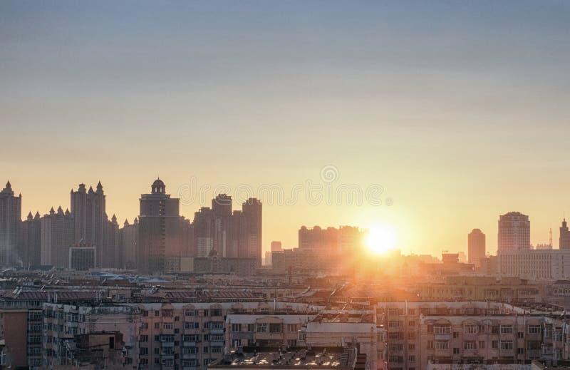 Puesta del sol de la ciudad en China, Harbin fotografía de archivo