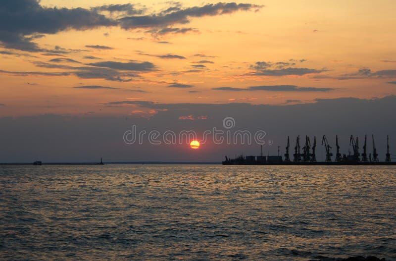Puesta del sol de la ciudad de puerto imagenes de archivo