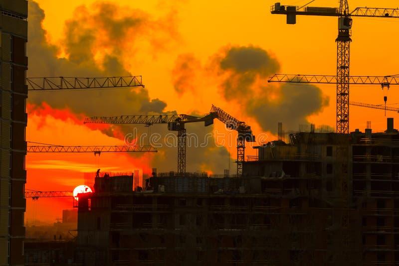 Puesta del sol de la construcción de viviendas foto de archivo