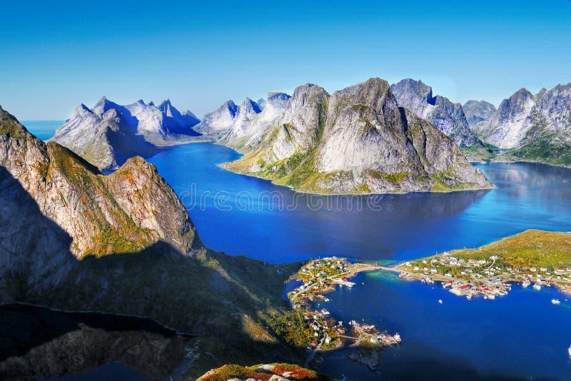 Puesta del sol de la costa costa del paisaje de Noruega, islas de Lofoten imágenes de archivo libres de regalías