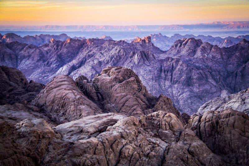 Puesta del sol de la cumbre de Mt Sinaí en el área del St Catherine de Egipto fotos de archivo