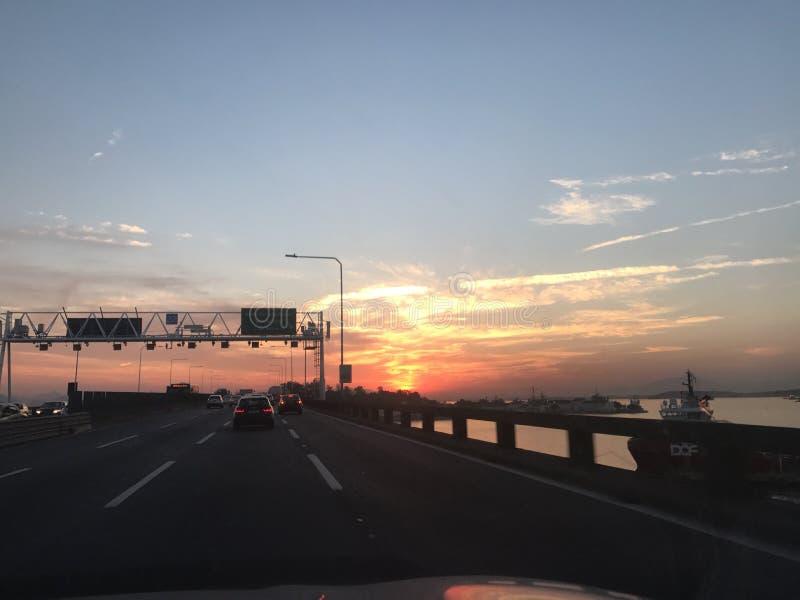 Puesta del sol de la puesta del sol en el camino foto de archivo