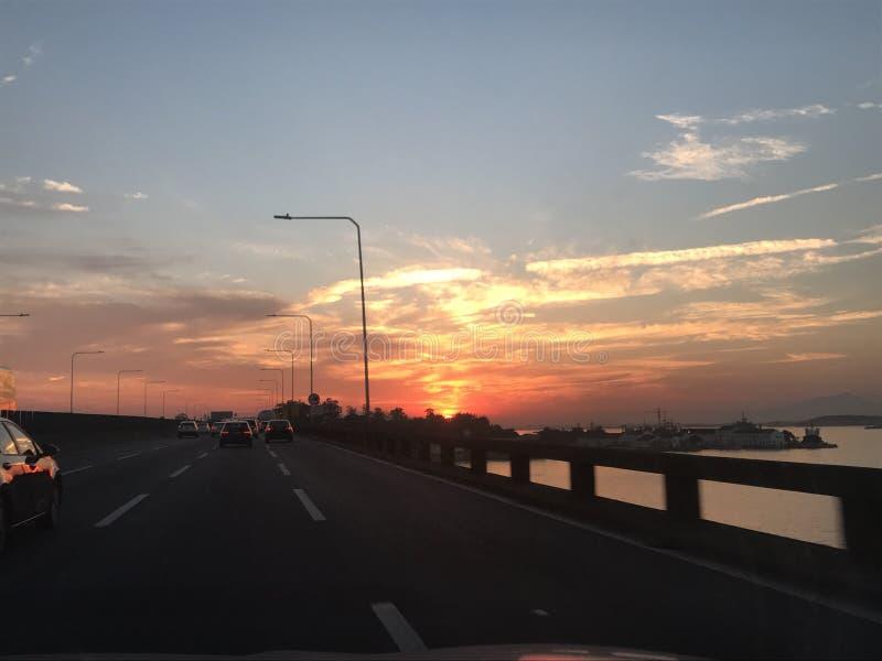 Puesta del sol de la puesta del sol en el camino fotos de archivo libres de regalías