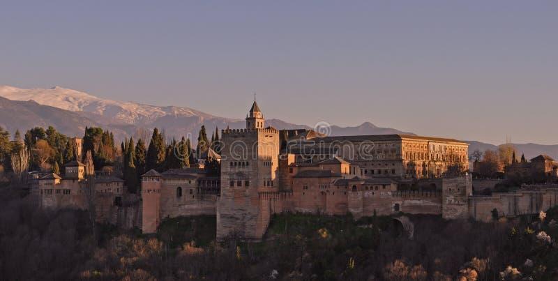 Puesta del sol de la fortaleza de Alhambra en Granada de España imagenes de archivo