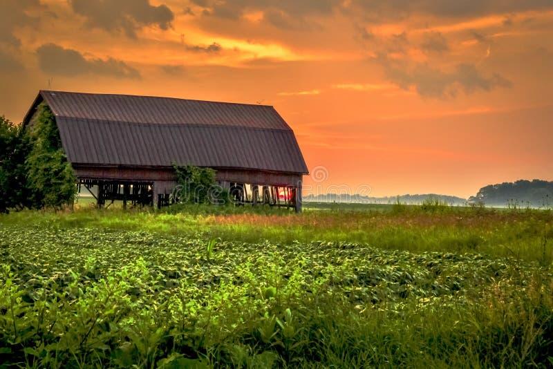 Puesta del sol de la granja imagenes de archivo