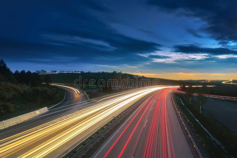 puesta del sol de la Largo-exposición sobre una carretera imágenes de archivo libres de regalías