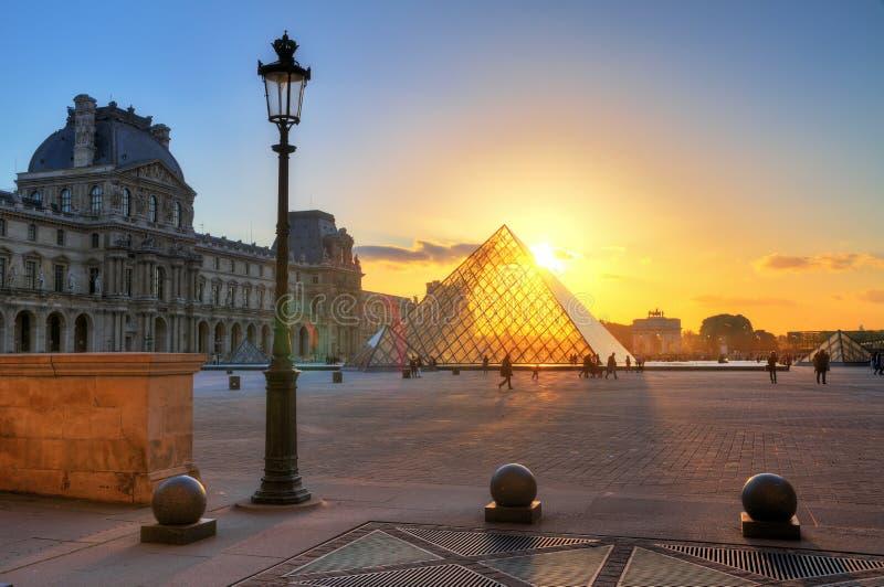 Puesta del sol de la linterna del Louvre imagen de archivo libre de regalías