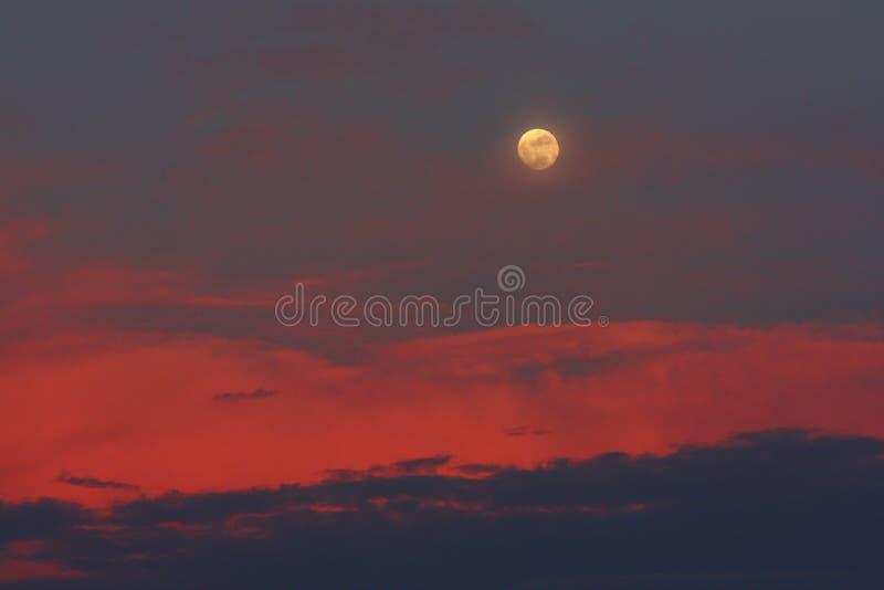 Puesta del sol de la luna 5.7.09 fotos de archivo