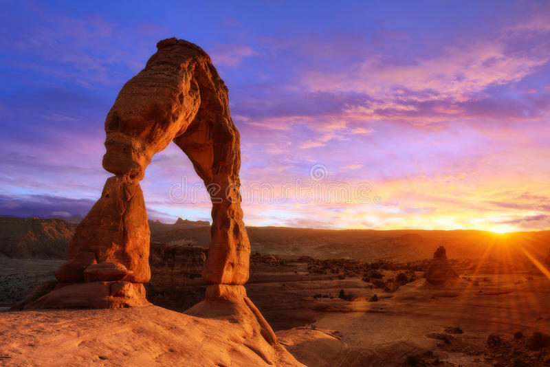 Puesta del sol de la luz suave del arco delicado Utah fotografía de archivo