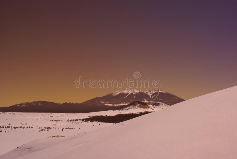 Puesta del sol de la montaña imagenes de archivo