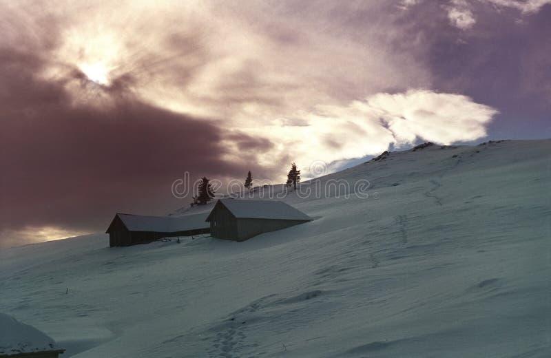 Puesta del sol de la montaña en invierno imagen de archivo