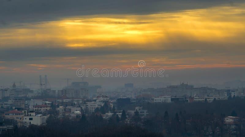 Puesta del sol de la naranja del horizonte de Bucarest imagenes de archivo