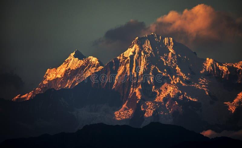 Puesta del sol de la nieve en la montaña de everest del pico de Himalaya foto de archivo libre de regalías