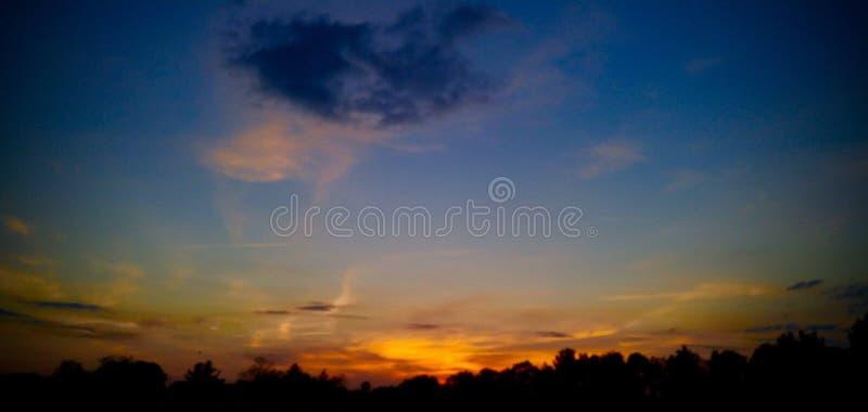 Puesta del sol de la noche de verano imagenes de archivo