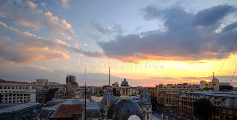 Puesta del sol de la opinión aérea de Bucarest imágenes de archivo libres de regalías