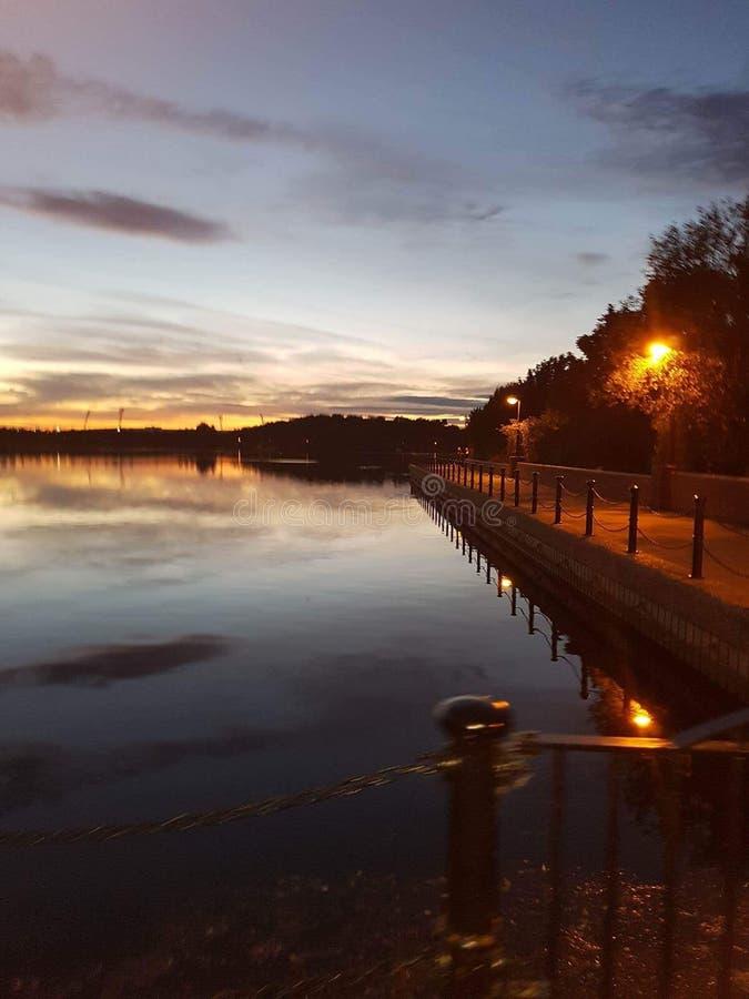 Puesta del sol de la orilla del lago imagen de archivo