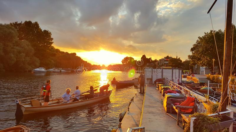 Puesta del sol de la orilla de Richmond imagenes de archivo