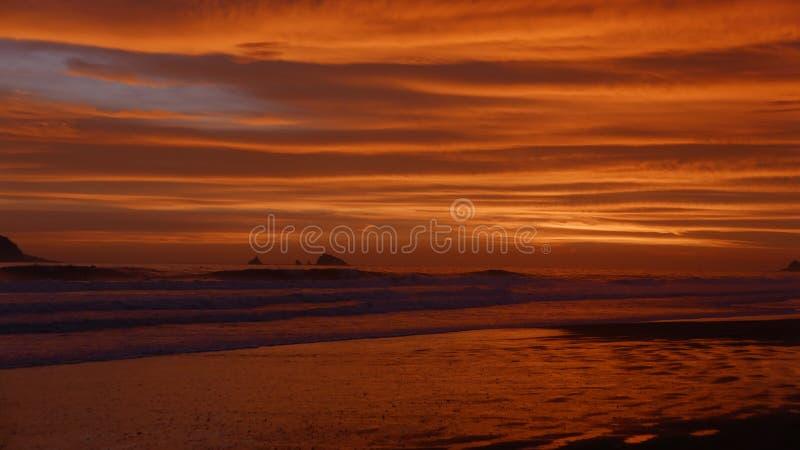 Puesta del sol de la playa de Costa del Sol, al sur de Lima imagen de archivo