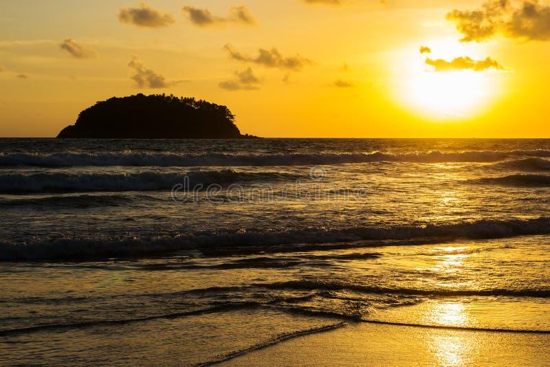 Puesta del sol de la playa del mar fotos de archivo