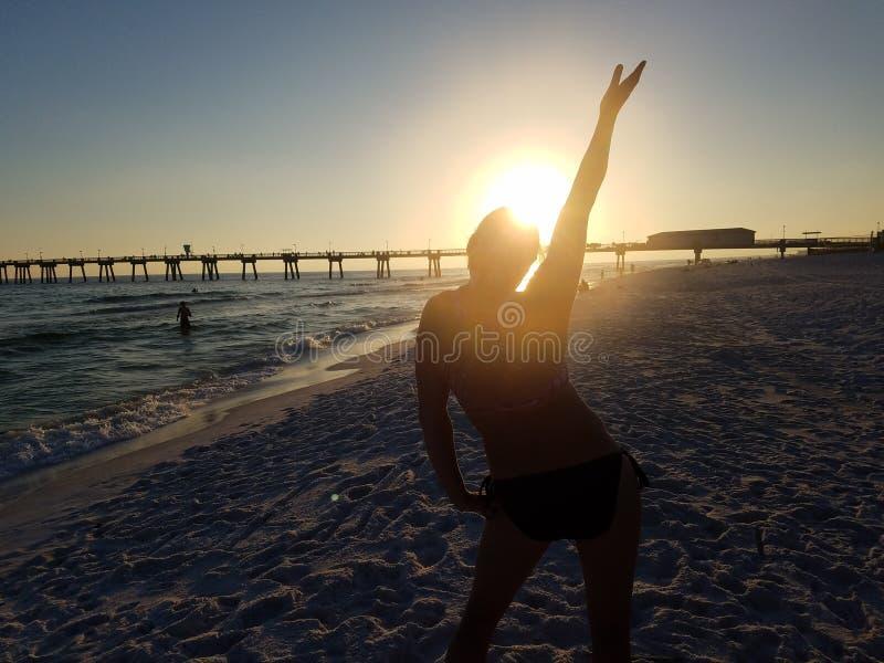 Puesta del sol de la playa de la muchacha foto de archivo