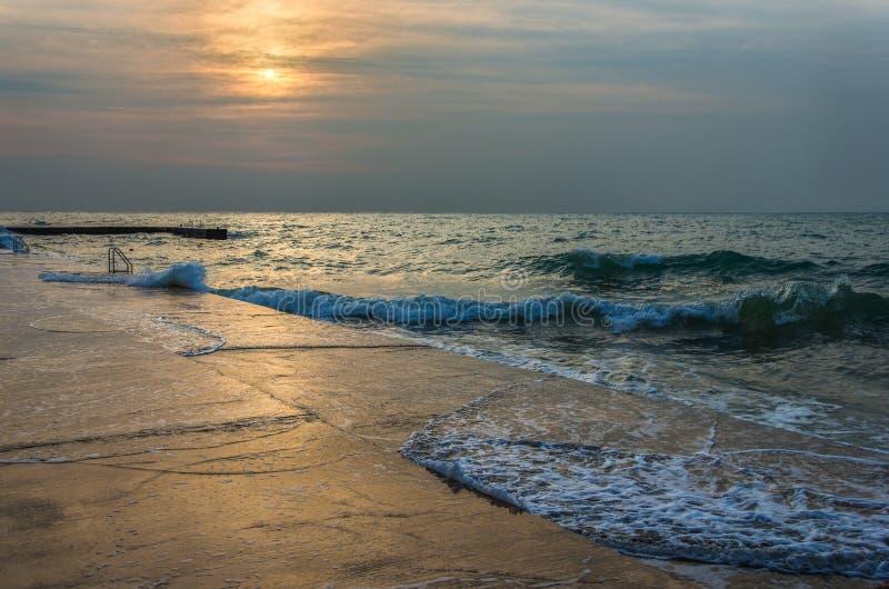 Puesta del sol de la playa sobre el mar imagen de archivo