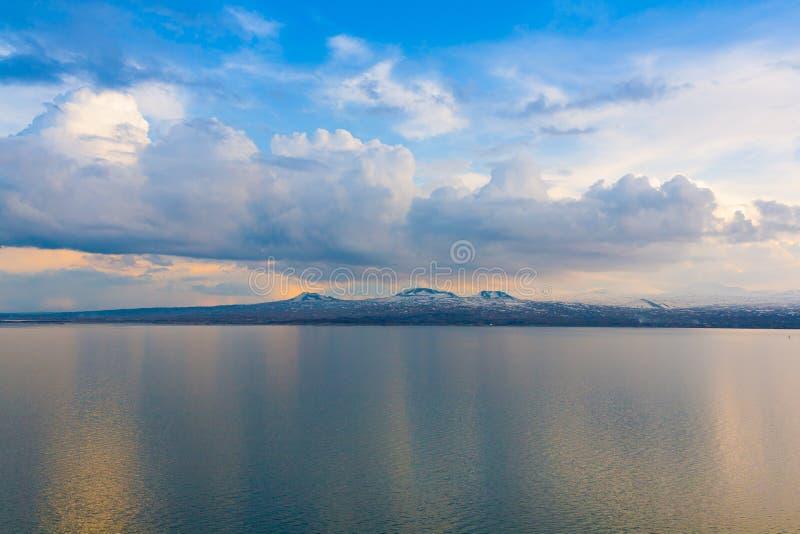 Puesta del sol de la primavera de Sevan del lago foto de archivo libre de regalías