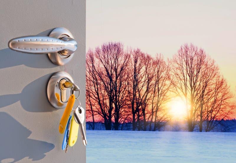 Puesta del sol de la puerta abierta en invierno fotos de archivo