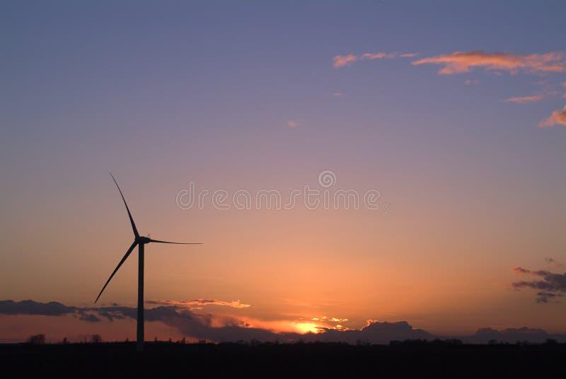 Puesta del sol de la salida del sol de Windfarm fotografía de archivo
