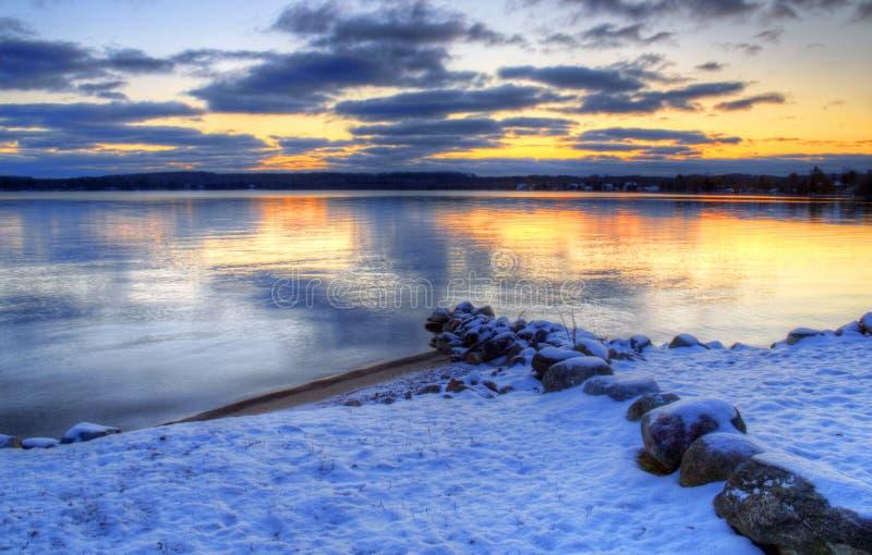 Puesta del sol de la salida del sol del agua del invierno imágenes de archivo libres de regalías