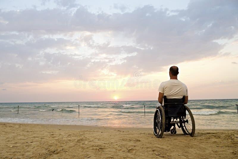 Puesta del sol de la silla de ruedas foto de archivo