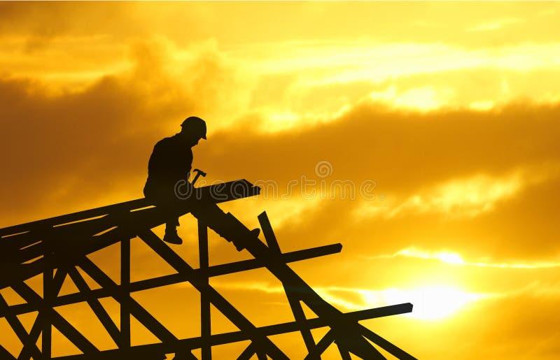 Puesta del sol de la silueta del Roofer imágenes de archivo libres de regalías