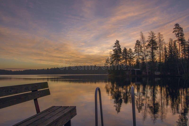 Puesta del sol de la tarde de la naturaleza sobre un lago Árboles hermosos reflejados en el agua imagenes de archivo