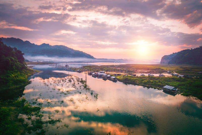 Puesta del sol de la tarde de Yaga Tailandia del hogar de la costa de Bob Cairns Sangklaburi fotos de archivo