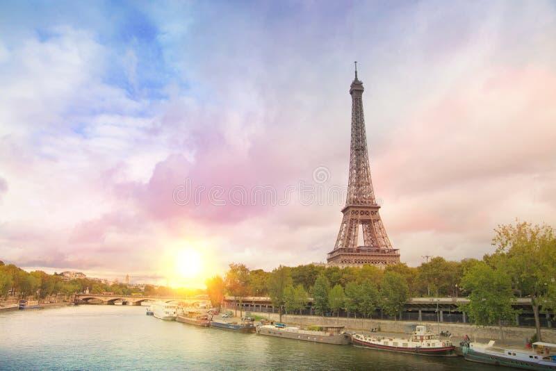 Puesta del sol de la torre Eiffel imagen de archivo