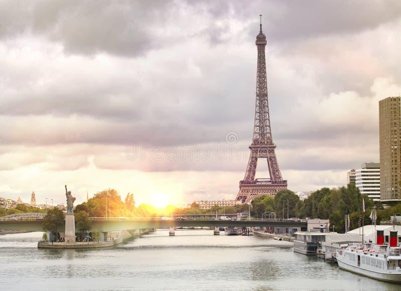 Puesta del sol de la torre Eiffel fotografía de archivo libre de regalías