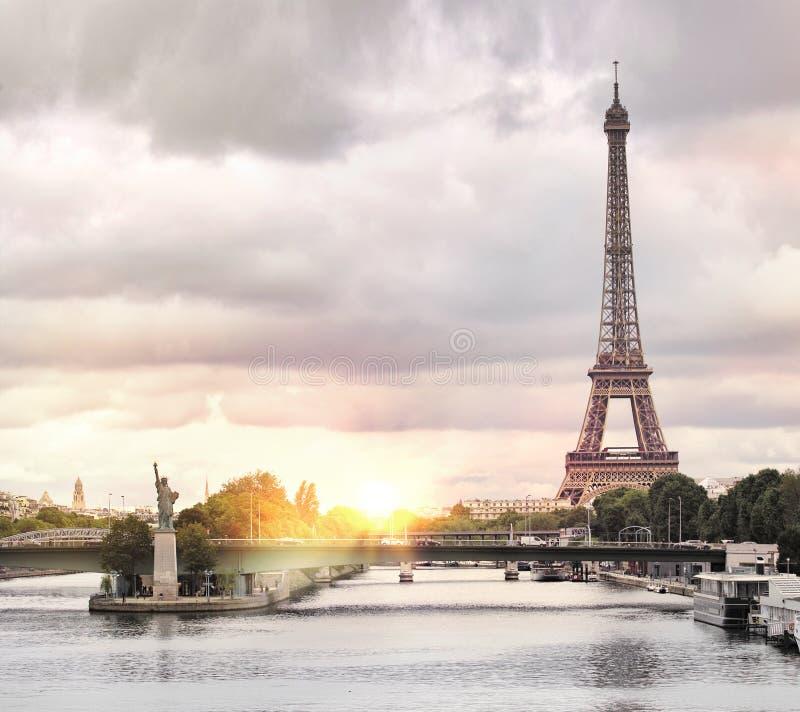 Puesta del sol de la torre Eiffel foto de archivo