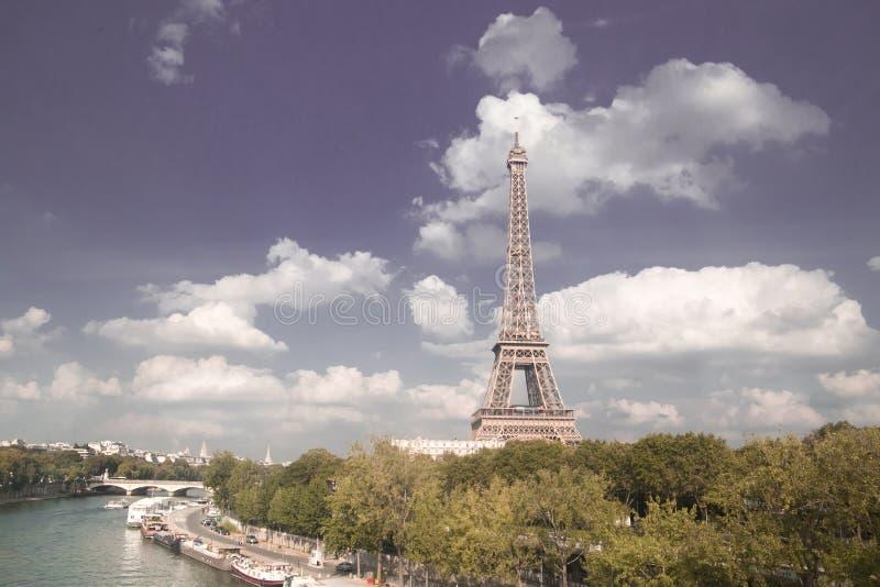 Puesta del sol de la torre Eiffel con las nubes foto de archivo
