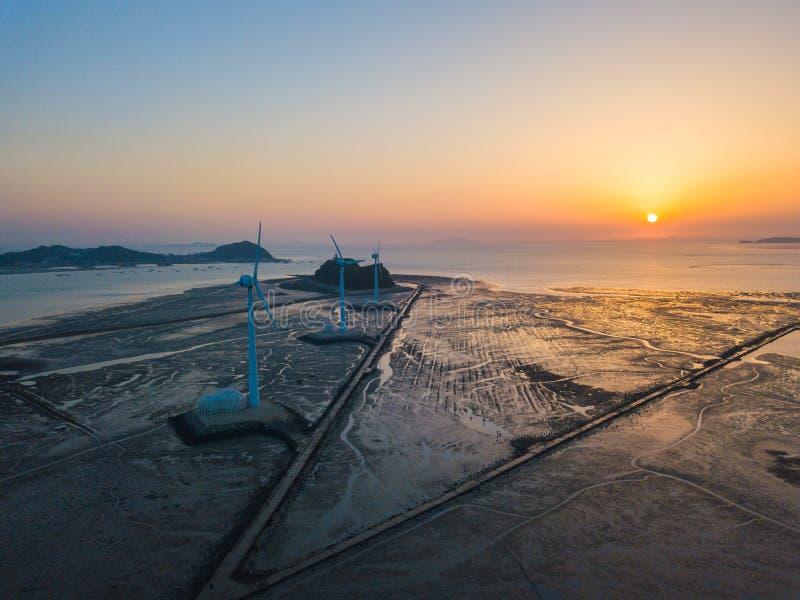 Puesta del sol de la visión aérea de la turbina de viento en la isla de Daebudo, Corea del Sur imagenes de archivo