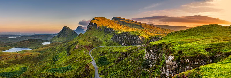 Puesta del sol de las montañas de Quiraing en la isla de Skye, Scottland, parentesco unido imágenes de archivo libres de regalías