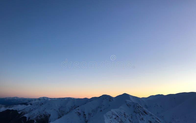 Puesta del sol de las montañas Nevado del invierno fotografía de archivo