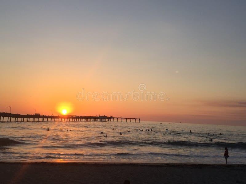 Puesta del sol de las personas que practica surf, San Diego imágenes de archivo libres de regalías