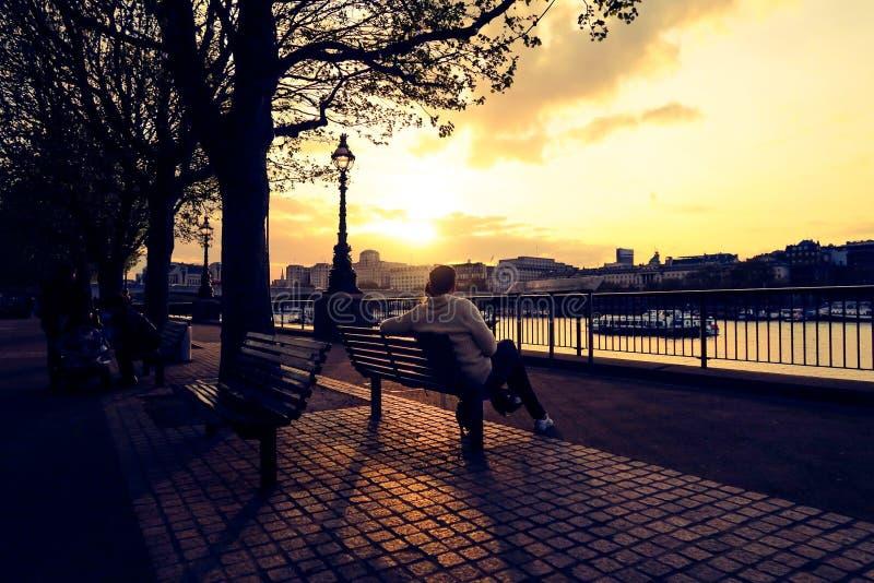 Puesta del sol de Londres en el Támesis fotos de archivo libres de regalías