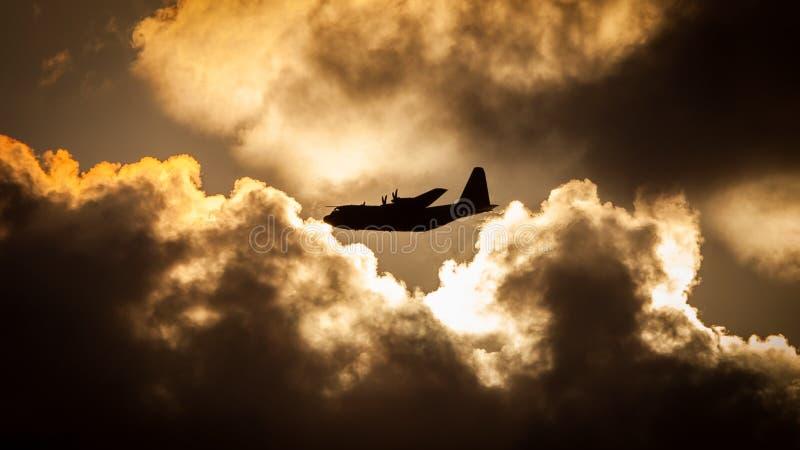 Puesta del sol de los aviones de C130 Hércules foto de archivo