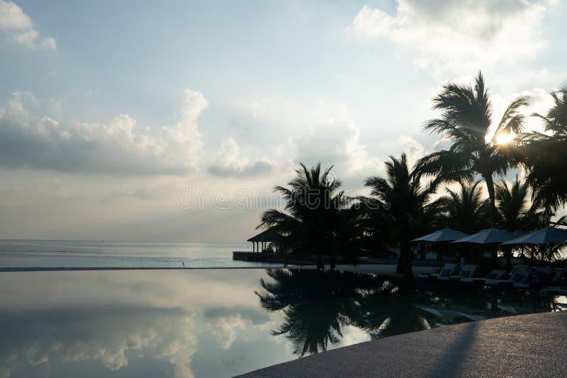 Puesta del sol de los contrastes en la playa en Maldivas imagen de archivo libre de regalías