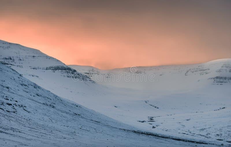Puesta del sol de los fiordos de Islandia fotos de archivo libres de regalías